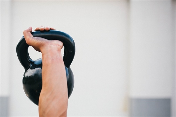 arm_holding_kettle_bell