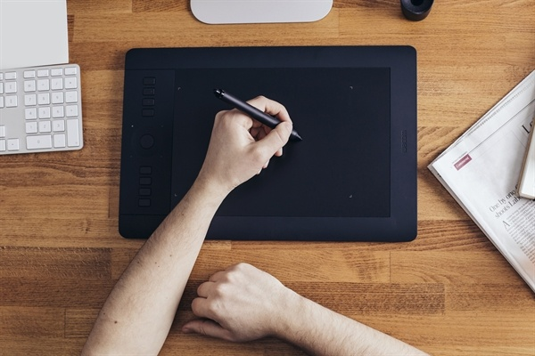 hand_writing_on_tablet_w_stylus