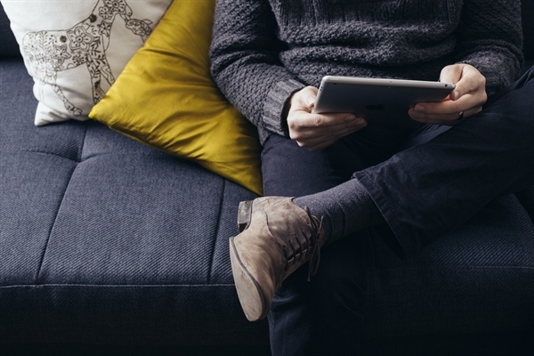 woman_using_ipad_on_couch
